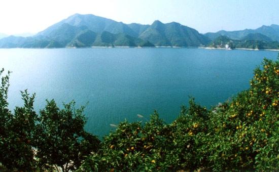 万子湖上的明郎山
