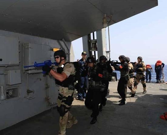 中美两国海军携手出击亚丁湾