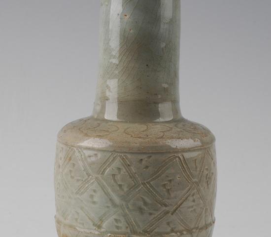 元羊舞岭窖影青刻莲瓣菱形云纹瓷瓶