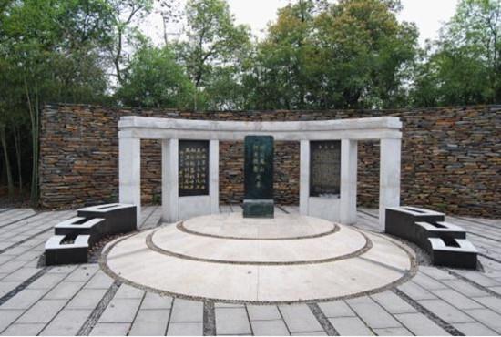 省级文物保护单位——何凤山墓
